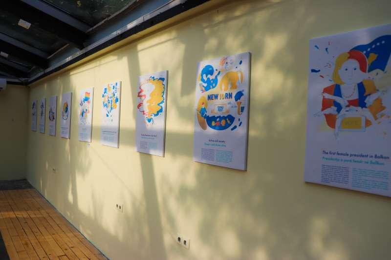 科索沃未來展:展品之一的科索沃牆上展現科索沃10大成就,由台灣設計師侯思妤繪製(林浩翔、侯思妤提供)