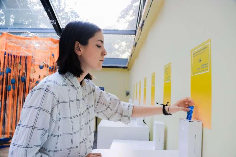 科索沃未來展:展品之一的民主牆讓參觀者票選最重要的國家議題,圖為參觀者投下神聖的1票(林浩翔、侯思妤提供)