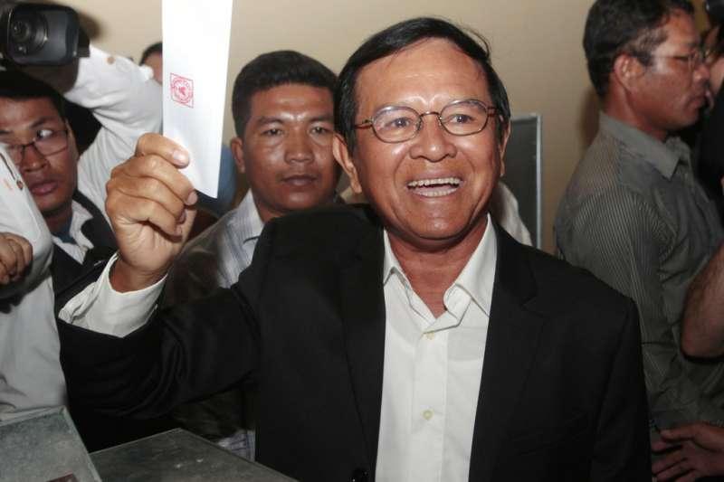 2017年6月,在投票所投票的柬埔寨救國黨時任黨魁金索卡。(AP)