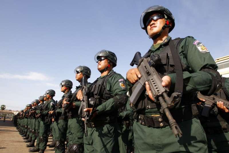 2018年7月25日,柬埔寨首都金邊投票所駐紮的鎮暴警察。(AP)