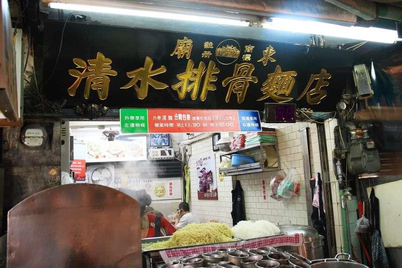 廟東夜市的清水排骨麵店,排骨酥是用獨門特製醬料醃製。(圖/duncan_su@flickr)