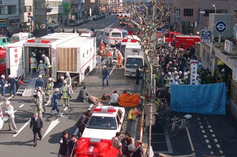 1995年的東京地鐵沙林毒氣案,搶救現場一片混亂。(美聯社)
