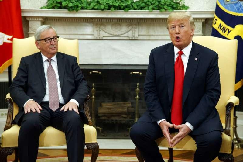 作者認為美國總統川普上任後,不斷的摧毀國際秩序,為所欲為的同時還傷害了老好友歐盟,幸虧最後靠歐盟的智慧讓這場貿易戰有停火的機會。圖為美國總統川普與歐盟委員會主席容克會面。(AP)
