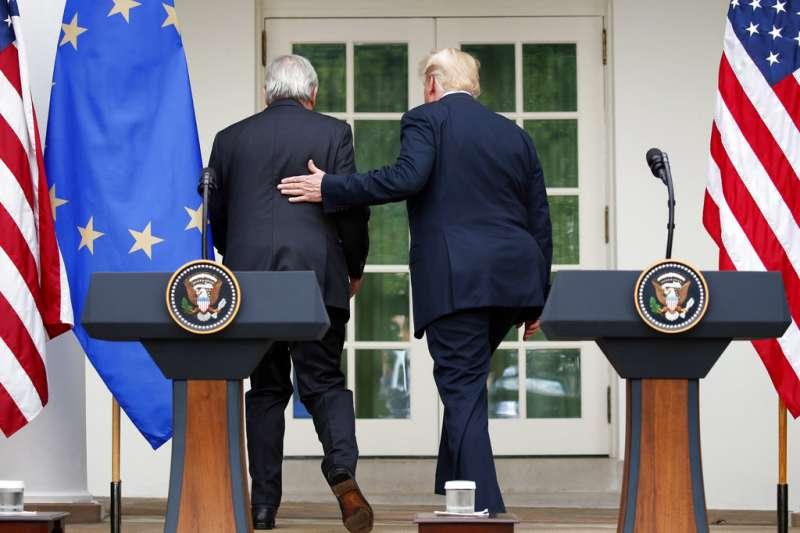 2018年7月25日,美國總統川普(右)與歐盟執委會主席容克(左)在白宮會面,發布聯合聲明降低貿易緊張。(AP)