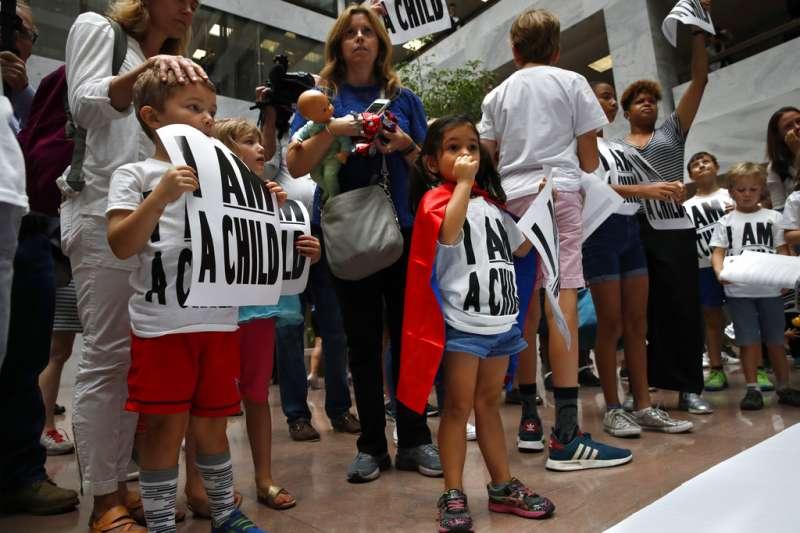 2018年7月26日,美國民眾在國會山莊抗議川普移民政策,要求政府讓移民團圓。(AP)