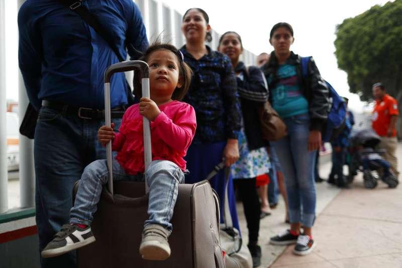 2018年7月28日,薩爾瓦多移民希望入境美國申請庇護,在墨西哥排隊。(AP)