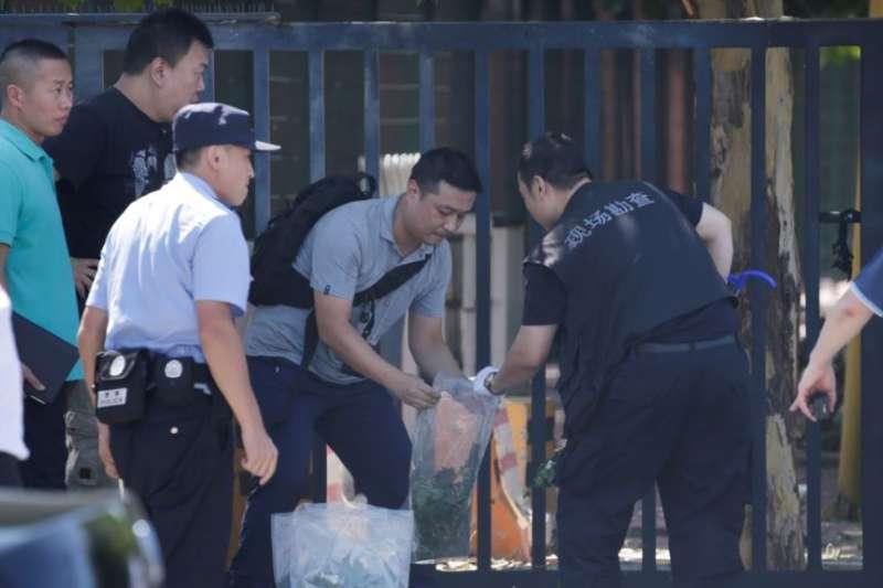 警方在北京美國大使館爆炸現場工作。(美國之音)