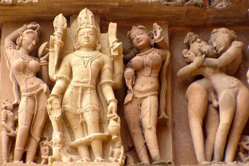 印度卡朱拉荷廟群,充滿許多露骨的性愛雕刻。(圖/pixabay)