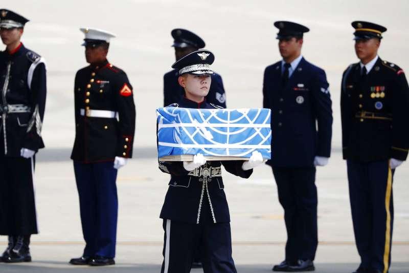2018年7月27日,北韓歸還55具美軍遺骸,南韓烏山空軍基地的士兵護送陣亡將士遺骨。(AP)