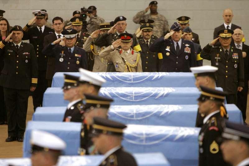 2007年,北韓歸還6具美軍遺骨,舉行紀念儀式。(AP)