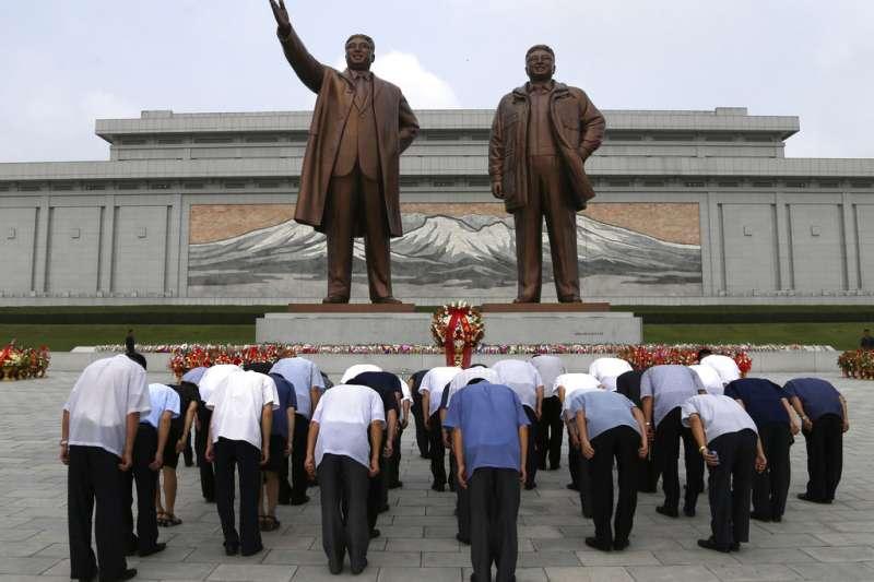 2018年7月27日,韓戰停戰協定簽署65周年,北韓民眾在金正日與金日成的平壤銅像前鞠躬。(AP)