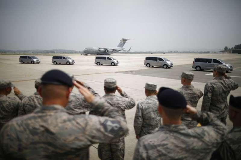 2018年7月27日,北韓歸還55具美軍遺骸,南韓烏山空軍基地的士兵向運送陣亡將士遺骨的車隊致敬。(AP)