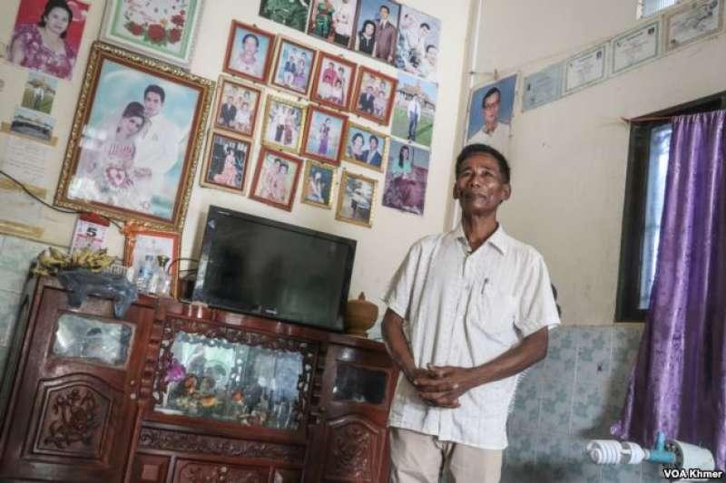 周拉過去是紅色高棉的戰士,後來曾任馬德望省波仁區的公社負責人。過去二十多年來,他一直備受尊敬。(美國之音)