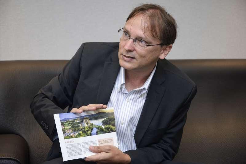 20180723-斯洛伐克經濟文化辦事處代表博塔文專訪,博塔文拿者手冊介紹斯洛伐克的景點。(甘岱民攝)