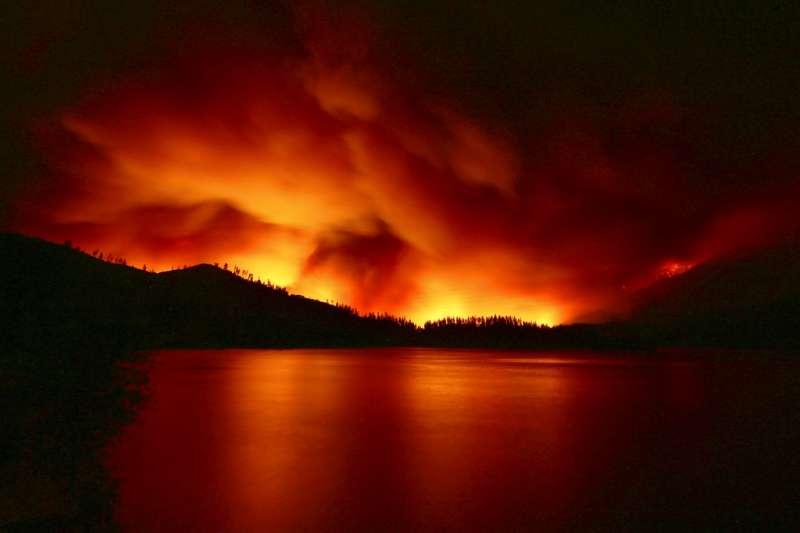 美國加州25日發生森林大火,災難場景宛如世界末日。(AP)
