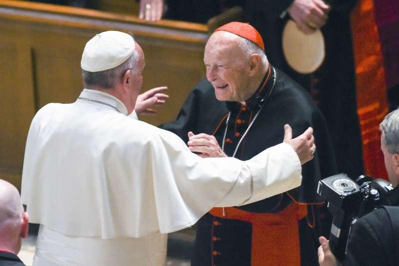 捲入性侵醜聞的美國天主教樞機主教麥卡瑞克(Theodore McCarrick,右)與教宗方濟各(AP)