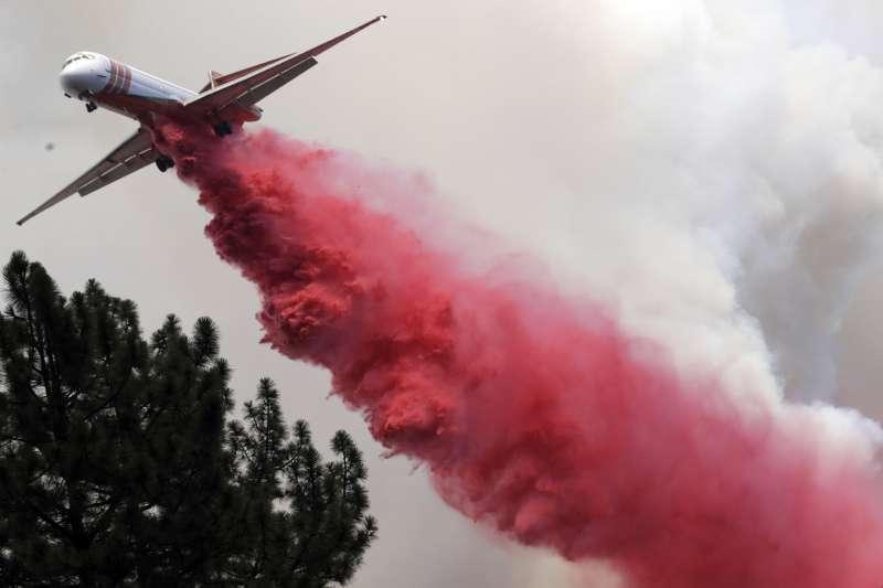2018年7月底,美國加州「卡爾大火」(Carr Fire)野火猖狂,當局出動飛機搶救(AP)
