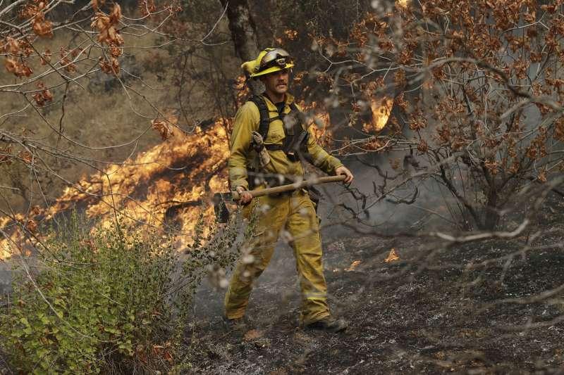2018年7月底,美國加州「卡爾大火」(Carr Fire)野火猖狂,消防員全力搶救(AP)