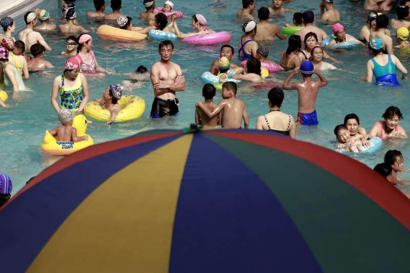 2018年可能成為地球史上第4熱的一年,圖為北韓民眾在紋繡戲水場消暑(AP)
