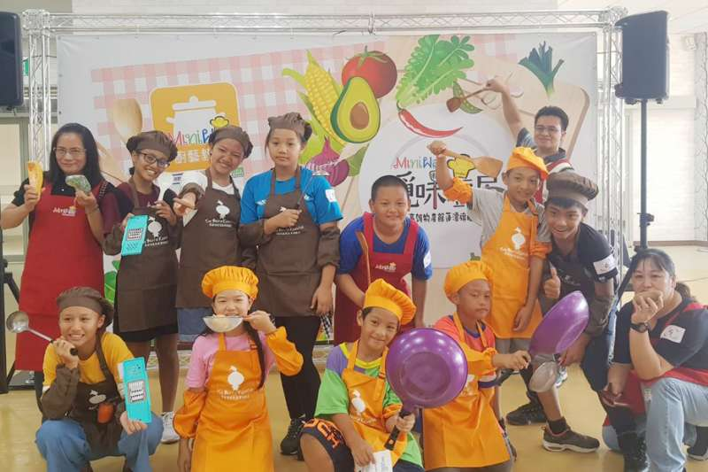 高雄市政府農業局的「Mini way覓味廚房」主題式料理課程獲大小朋友喜愛。(圖/高雄市政府農業局提供)