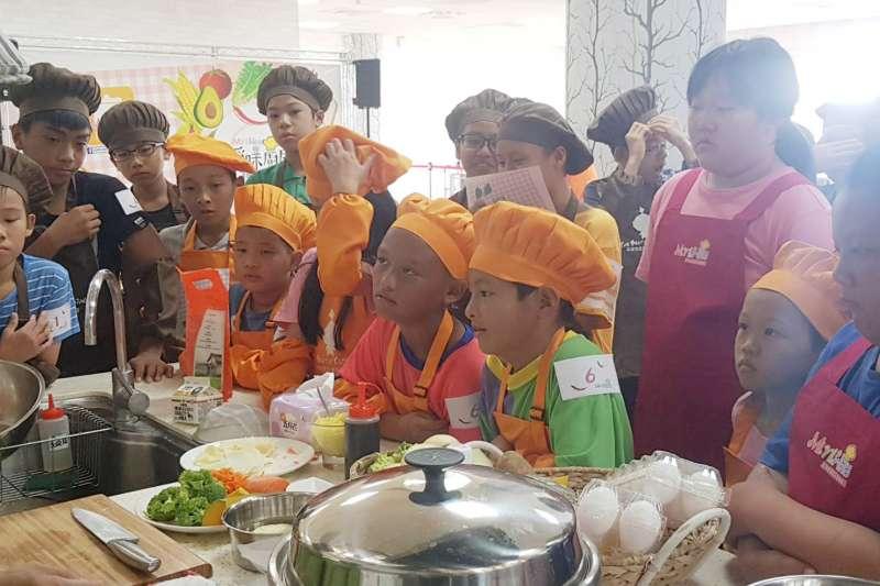 「小孩掌廚大大大」教單親單親養育的孩子們如何用一指功夫做出零失敗電鍋料理。(圖/高雄市政府農業局提供)