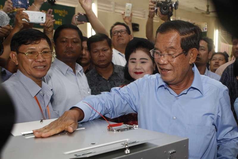 柬埔寨總理、人民黨黨魁洪森投票,外界預期他會繼續執政(AP)
