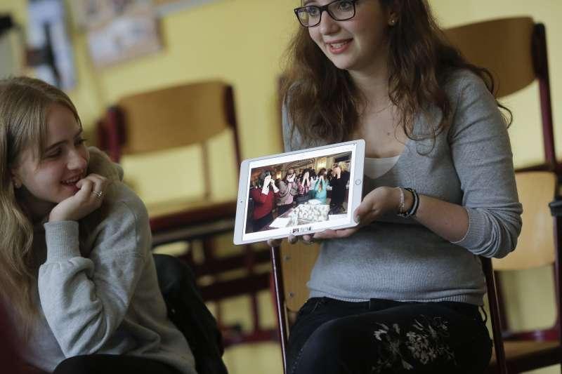 史岱雅特(右)和舒爾曼(左)和高中學生分享猶太習俗。(美聯社)