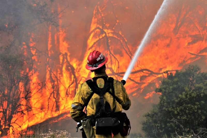 今年夏天全球各地頻發生森林大火,甚至連潮濕的英國、北歐都淪陷。(圖/San Bernardino Nat