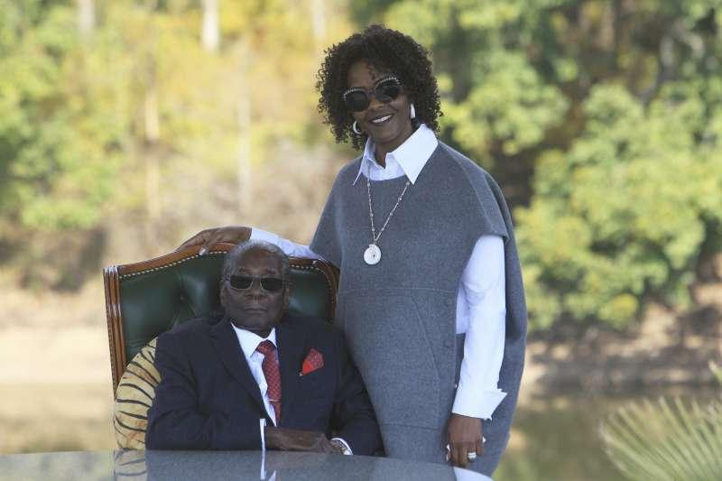 辛巴威大選:前總統穆加比與夫人葛雷絲(AP)