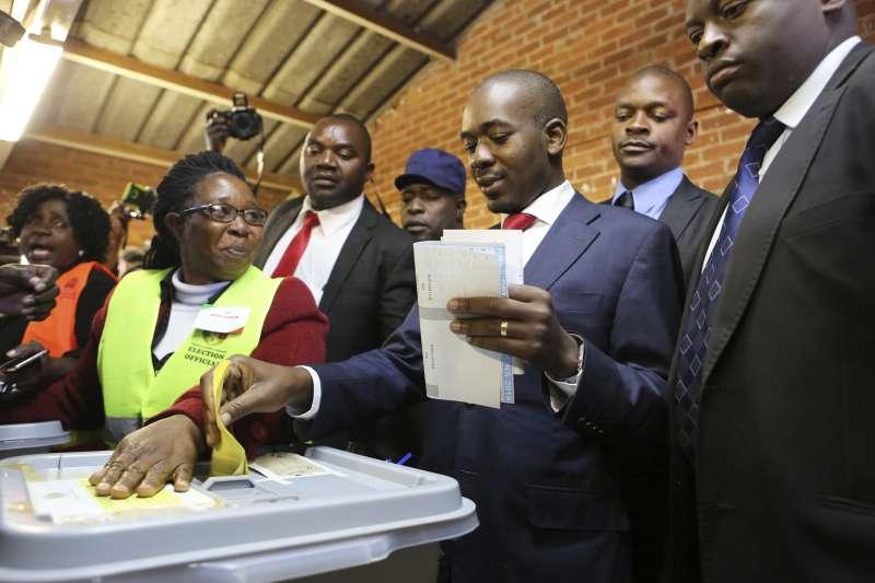 辛巴威大選:反對派領袖查米薩投票(AP)