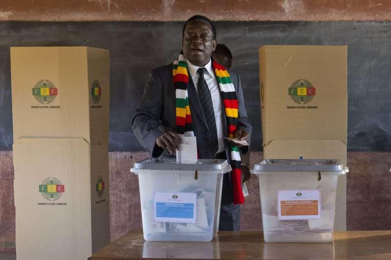 辛巴威大選:穆加比的繼任者姆納加瓦投票(AP)