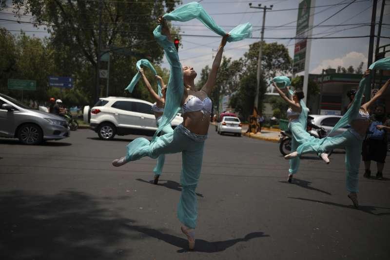 芭蕾舞者在墨西哥街頭表演。(美聯社)