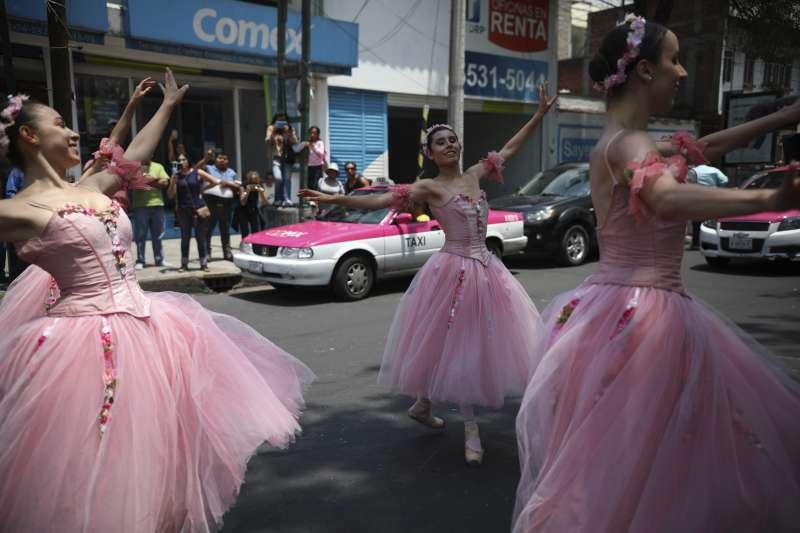 芭蕾舞者穿著亮麗的舞衣,在墨西哥街頭表演。(美聯社)