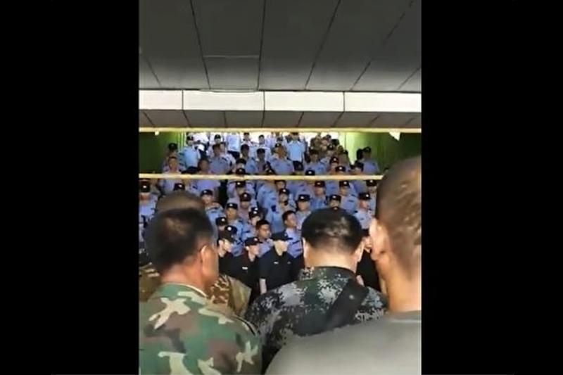 網路上流傳的影片顯示,山東煙台市的官兵想要上京維權,被警察困在煙台火車站內。(翻攝網路)