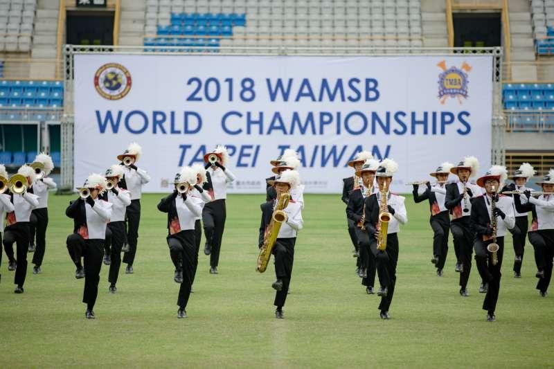 世界盃行進樂隊大賽今年在台北田徑場舉行,台北市建國中學樂旗聯隊在29日的隊形變化總決賽中奪下冠軍。(建中樂旗隊家長後援會提供)