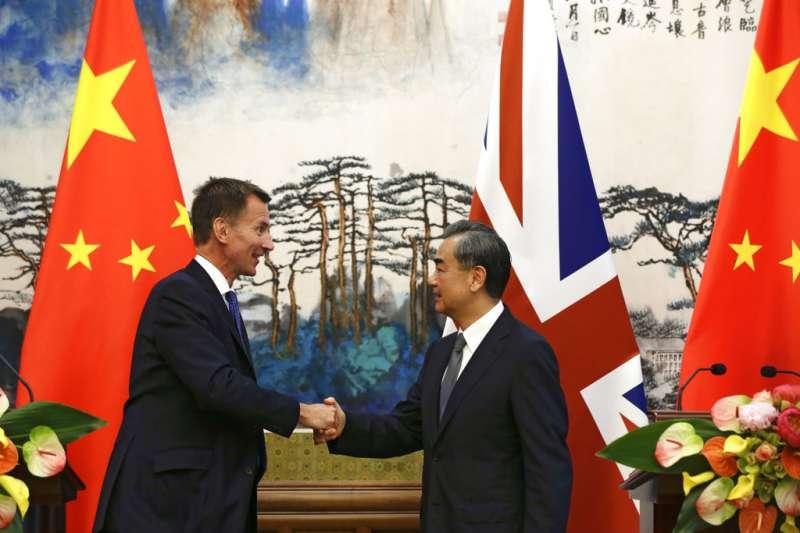 中國外長王毅與英國外交大臣杭特。(美聯社)