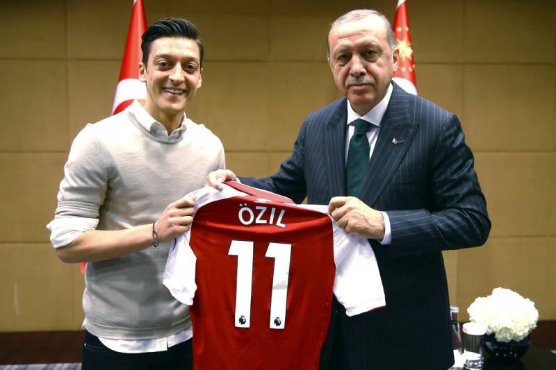 2018年5月13日,德國土耳其裔球星厄齊爾(Mesut Özil)與土耳其總統艾爾多安合照,使厄齊爾遭猛烈抨擊。記者發起#MeTwo運動,籲世人正視德國少數族群應擁有「兩種身分認同」的權利。(AP)