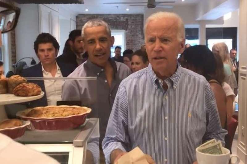 歐巴馬(左)與拜登(右)30日一起現在在華府喬治城的軍牌烘焙坊(截自YouTube)