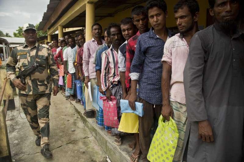 印度阿薩姆邦更新國家公民註冊名單,當地民眾在戶政機關外排隊等著看名單(AP)