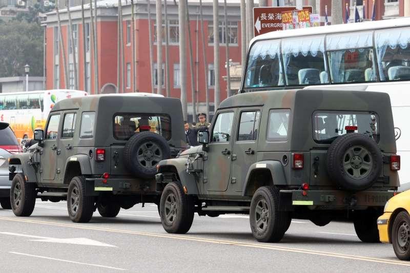 陸軍硬頂C型的輕型戰術輪車行駛在馬路上。(蘇仲泓攝)