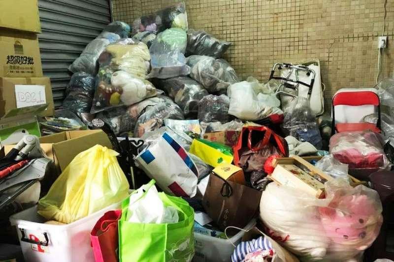 圖為勵馨基金會新北物資中心的「捐贈物資」,社工不知道該怎麼辦。(圖/取自呂秋遠臉書)