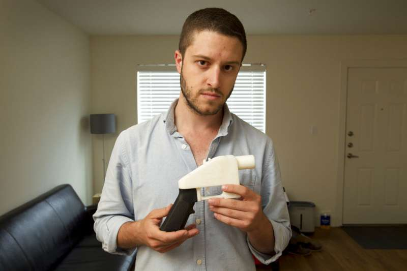 全球首把3D列印單發手槍「解放者」(The Liberator)與其發明者威爾森。(AP)