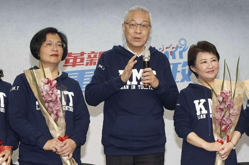 國民黨主席吳敦義(中)到台中整合紅黑派,並為盧秀燕(右)、王惠美(左)抬轎。(郭晉瑋攝)