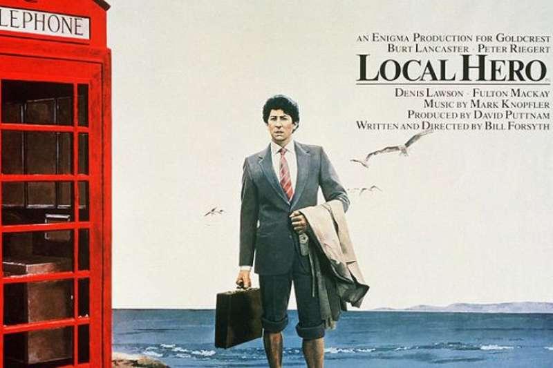 《地方英雄》(Local Hero),當初電影裡男主角湊零錢打電話回美國的那座紅色公共電話亭,如今變成觀光名勝。(取自網路)