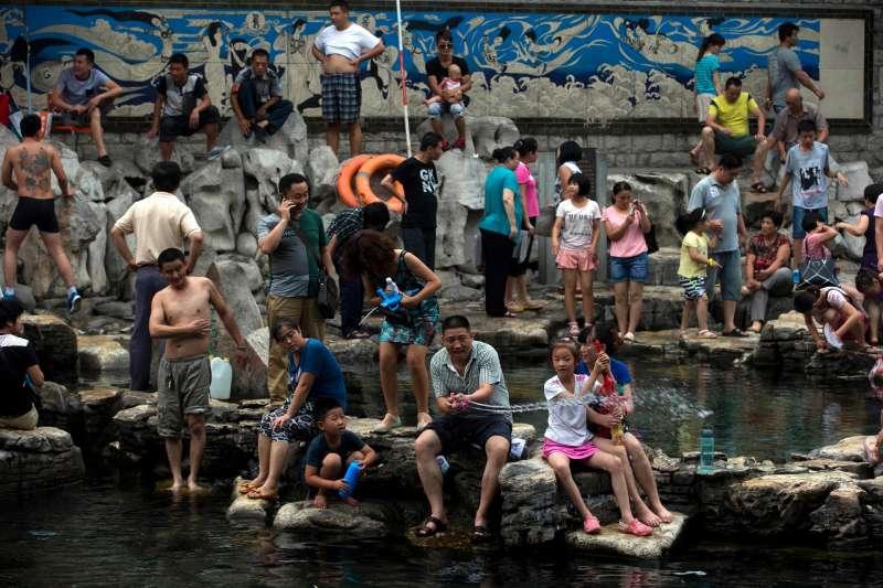 中國山東省民眾玩水消暑。(AP)
