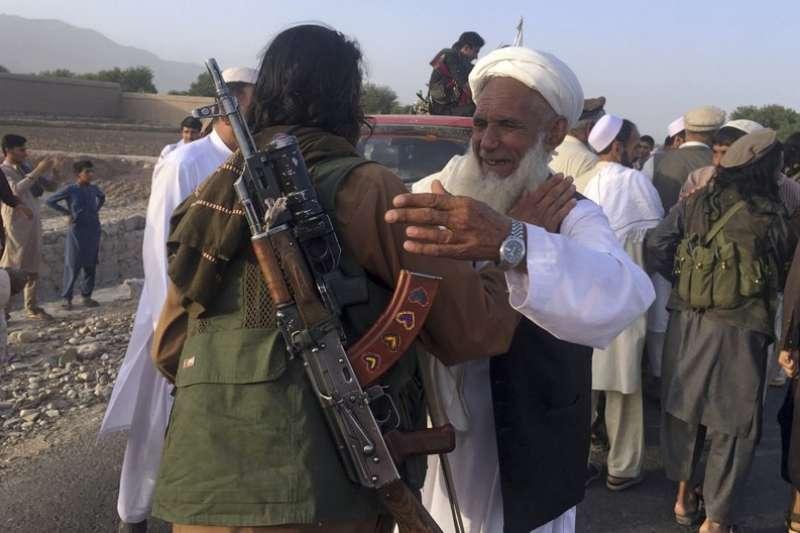 2018年6月16日,阿富汗東部的神學士戰士與當地居民慶祝為期3天的停火。7月底傳出美國已與神學士會談,可望為阿富汗帶來和平。(AP)