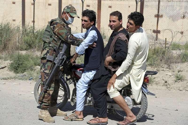 阿富汗政府軍在首都喀布爾的檢查點,為民眾搜身。(AP)