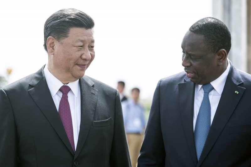 中國領導人習近平(左)與塞內加爾薩勒(右)。(美聯社)