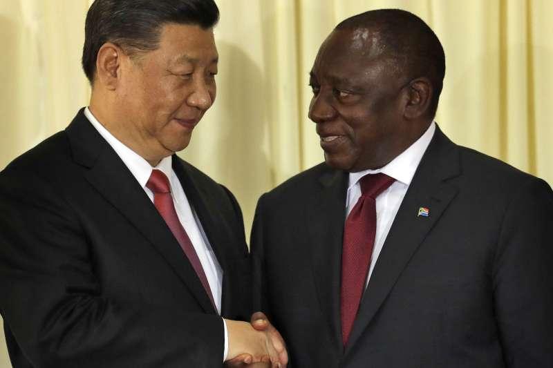 中國領導人習近平(左)與南非總統拉馬福薩(右)。(美聯社)