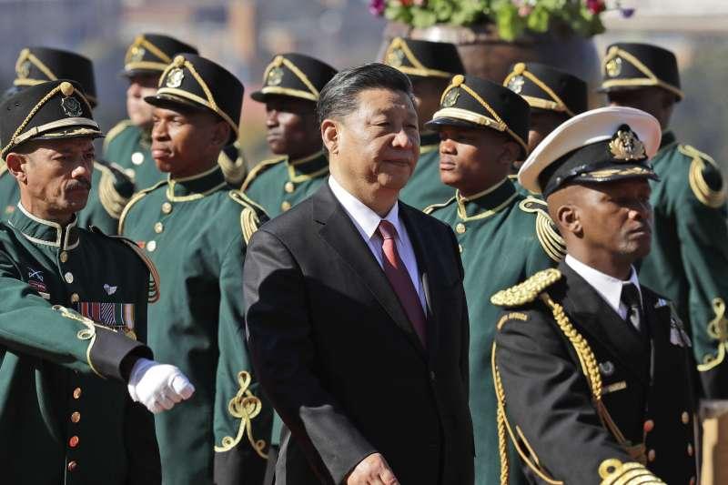 習近平抵達南非訪問,總統馬福薩以軍禮迎接。(美聯社)